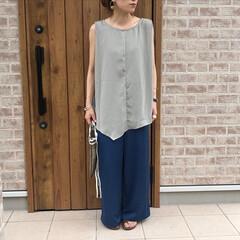 ノースリーブ/サテンパンツ/ママコーデ/おしゃれ/夏ファッション 裾がアシンメトリーなデザインになっていて…