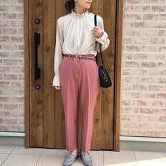 くすみカラー/カラーパンツ/ママコーデ/おしゃれ/最近のコーデ 襟元のギャザーが可愛いネックプリーツスカ…