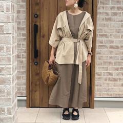 秋コーデ/ベージュコーデ/ファッション ベージュのリネンマキシワンピースに、ウエ…