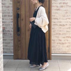カーディガン/マキシワンピース/ママコーデ/ファッション ブラックのマキシ丈ワンピースに、ホワイト…