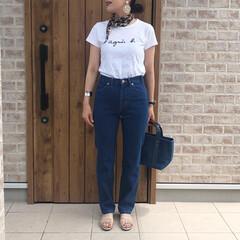 ロゴT/デニム/ファッション ホワイトのロゴTとストレートデニムパンツ…