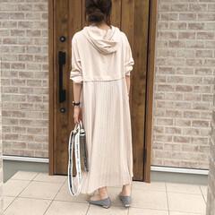 ベージュコーデ/ママコーデ/ワンピース/おしゃれ/夏ファッション 後ろ姿がとにかくかわいいバッグプリーツワ…