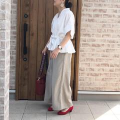 ペプラムトップス/ママコーデ/リネンパンツ/ファッション ベージュ×ホワイト  に、バッグとパンプ…