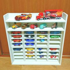 おもちゃ収納/トミカ収納/DIY/100均/セリア/ダイソー/... カーズトミカ収納棚。  すべり止めを貼っ…