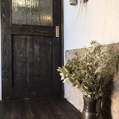 自然素材の家/無垢材/ドライフラワーのある暮らし/ドライフラワー/ティンタイル/ティンパネル/... 玄関のインテリアです。  玄関ドアを開け…