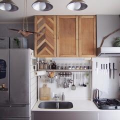 キッチン/模様替え/DIY/インテリアシート/シルバー×木 キッチンのレンジフード上とシンク側面に新…