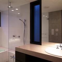カウンター/クラシカル/浴室・風呂/夜景/大理石/新築/... トイレの横には洗面脱衣室とバスルームがあ…