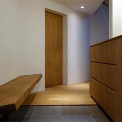 玄関/ベンチ/床/石/引出し/収納/... ripple house 玄関から室内側…