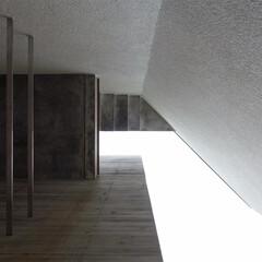 階段/屋上/アプローチ/コンクリート/打放し アプローチ奥の砂利部分から上を見上げたと…