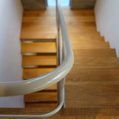 階段/階段室/手摺/吹抜け/鉄骨階段 ripple house 最上階から見た…