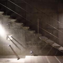中庭/階段/外階段/アウトドア/屋外/コンクリート/... ripple house 夜の中庭階段 …
