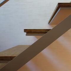 階段/鉄骨階段/漆喰/フローリング/無垢/ディテール ripple house 鉄骨階段のディ…