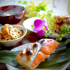 中手羽塩焼き/具沢山お味噌汁/レンコンきんぴら/紅鮭/フォロー大歓迎 こんばんは^ ^  今夜の夕飯です お好…
