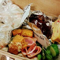 おうちごはん/ハンバーグ/カボチャのバターチーズ/炊き込みご飯/かに玉風たまごやき 特に技のないお弁当ですが、作りました😅✨