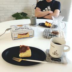 バスクチーズケーキ/コーヒータイム/sakuzan/KINTO/おうちカフェ/北欧インテリア/... 夫とお茶タイム☕️ 庭仕事の後の休憩です…