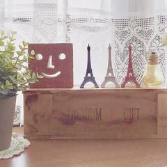 IKEA/フェイクグリーン/レンガ/エッフェル塔/ワイン箱/雑貨だいすき/... 出窓から、こんにちは☺️   かわいい小…