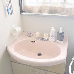 古い洗面所/洗面ボウル/洗面台/洗面所/キャンドゥのボトル/キャンドゥ/... 築38年の我が家の洗面台です。 ピンク色…