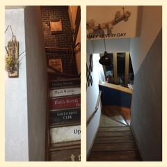 ベニア板/お金をかけない/階段DIY/100均ペンキ/100均壁塗装/フォロー大歓迎/... 階段の壁と下った突き当たり壁、白い普通の…