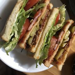 食パンアレンジ/食パン/パン/サンドイッチ/カフェ風/おひるごはん/... この日は10枚切りの食パンを見つけたので…