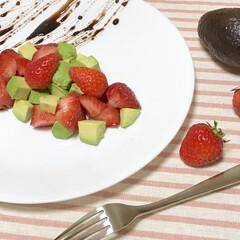 いちご/アボカド/サラダ/バルサミコ/ソース/おうち/... 非公開レシピの料理です。  甘い苺にほん…