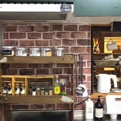 スノコ/キッチン/キッチン雑貨/DIY/100均/セリア スノコで作ったキッチン棚に調味料や道具を…(1枚目)