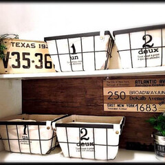 木目/リメイクシート/3COINS/100均/セリア/ダイソー/... 真っ白な収納棚の壁に木目のリメイクシート…