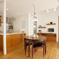 スイス漆喰 床材は床暖房に対応したナラの無垢材。壁の…
