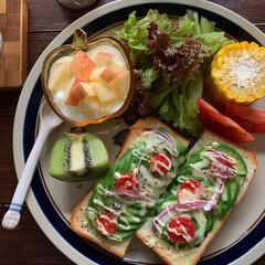 ワンプレート/朝食/朝ごパン/朝ごはん/レトロ食器/暮らし/... 今日の朝ごパン  アボカドトマトチーズト…