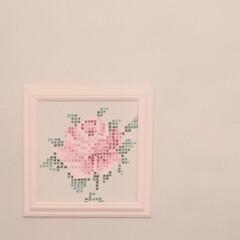 パシュミナ/クロスステッチ/アニースローン/壁ペイント/ローラアシュレイ 壁にお絵描き。 に見えるけど壁には書いて…