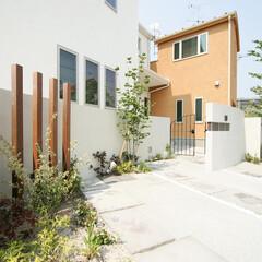 ESTINA/エスティナ/ガーデン/外構/エクステリア/庭/... アールの壁と木のボーダー、足元の平板など…