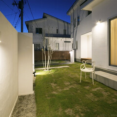 ESTINA/エスティナ/ガーデン/外構/エクステリア/庭/... 塗り壁の陰影が映し出されたナイトガーデン