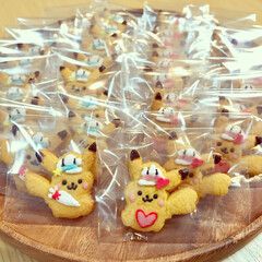 お菓子作りのお手伝いをするピカチュウ/ラッピング/バレンタインクッキー/フード ラッピングの準備中☆ い〜っぱい できま…