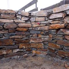 立水栓/揖斐川庭石センター/石壁/小端積み/庭石 寒風吹き荒む中での腰屈めて石割って石持ち…