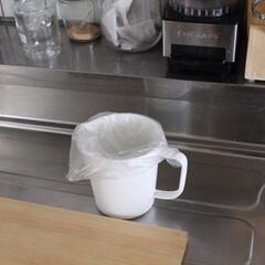 ツヴィリングJ.A.ヘンケルス HI ナイフブロック 11300-100 | HENCKELS(包丁、まな板スタンド)を使ったクチコミ「ちょっとした生ゴミ入れに、琺瑯の取手付き…」