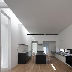 建築/住まい/シンプル住宅/OUCHI-25/建築家と建てる家/建築家と建てた家/... アイランド側に作り付けのダイニングテーブ…