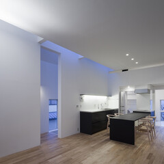 建築/住まい/天窓/シンプル住宅/OUCHI-25/建築家と作る家/... リビングの夜景です。 天窓からの自然光が…