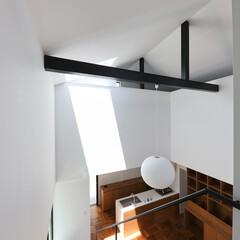 建築/住まい/建築デザイン/シンプル住宅/吹抜 吹抜からリビングを見下ろす OUCHI-…