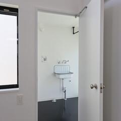 建築/住まい/シンプル住宅/洗濯室 洗濯室 OUCHI-43  寝室の横には…