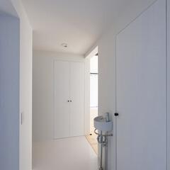 建築/住まい/注文住宅/シンプル住宅 1階のプライベートエリア  正面の両開き…(1枚目)
