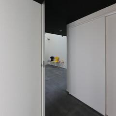 建築/住まい/狭小住宅/モルタル土間 玄関からリビングを見る  床はモルタルに…