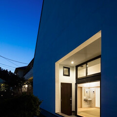 建築/住まい/二世帯住宅/シンプル住宅/不動産・住宅/OUCHI-40/... 玄関夜景  玄関ドア前には雨かかりの無い…