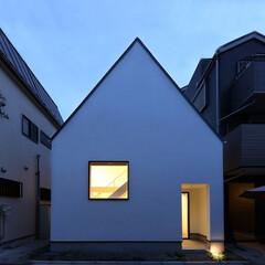 建築/住まい/狭小住宅/シンプル住宅/建築デザイン 三角屋根の狭小住宅をLIMIAのアイデア…
