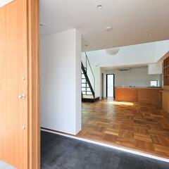 建築/住まい/シンプル住宅/玄関土間/建築デザイン 外部と一体になる広い玄関土間 OUCHI…