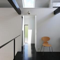 建築/住まい/シンプル住宅/天窓/建築デザイン 寝室の開口の向こうは収納室 OUCHI-…