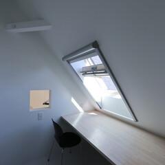 建築/住まい/小屋裏部屋/天窓 開閉式窓です。  木製天窓で有名なベルッ…