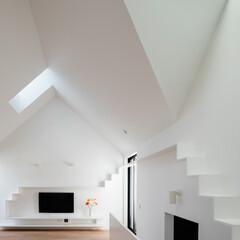 建築/天窓/リビング/住まい/建築家と建てた家/シンプル住宅/... 白いリビング  石川淳建築設計事務所では…