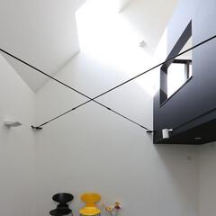 建築/住まい/シンプル住宅/勾配天井/モノトーン 狭小住宅でも天井高さ6.6m(1枚目)