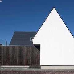 建築/住まい/平屋/シンプル住宅/不動産・住宅/注文住宅/... 南側と東側は同じデザインですが三角屋根の…