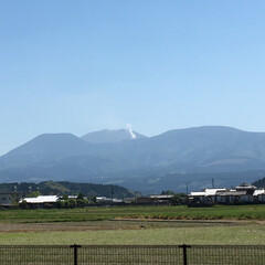 「今日、お昼ごろの硫黄山の噴煙⛰です。」(1枚目)