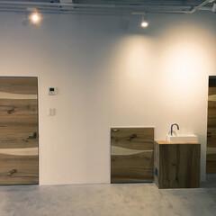 コンクリート土間/オーク材/無垢材/白い空間/無機質/リノベーション/... 1F 駐車場を作業スペースに 白の空間に…